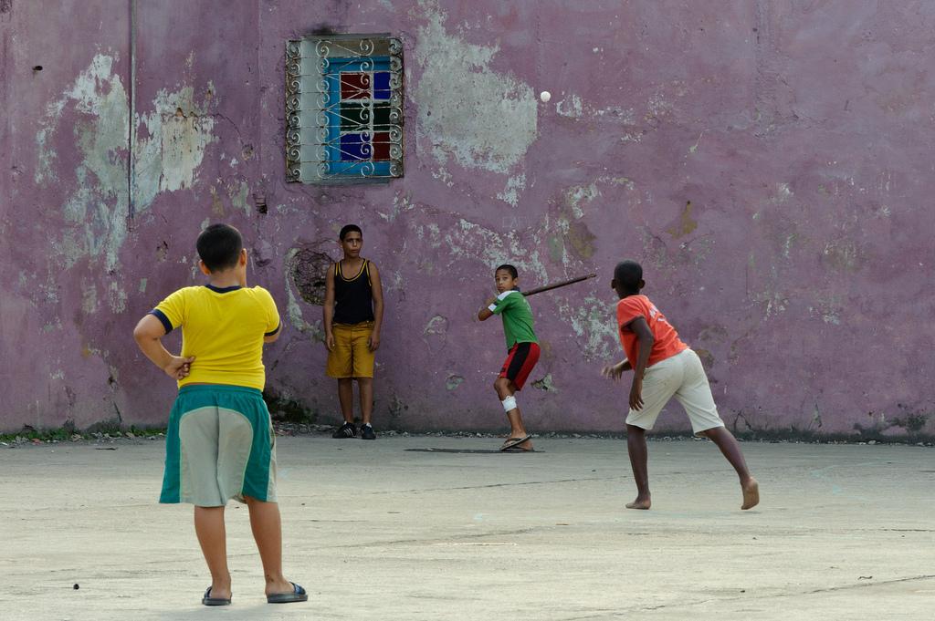 Niños juegan beisbol Algunos derechos reservados por advencap