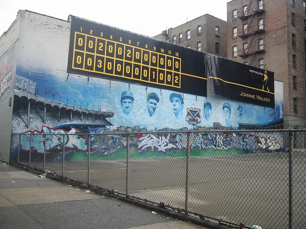 Väggmålning utanför Yankee Stadium i Bronx. River Ave / E 158th St.